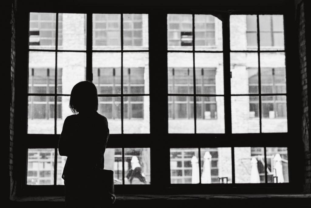 Influenzare gli altri - Immagina che, donna che guarda alla finestra