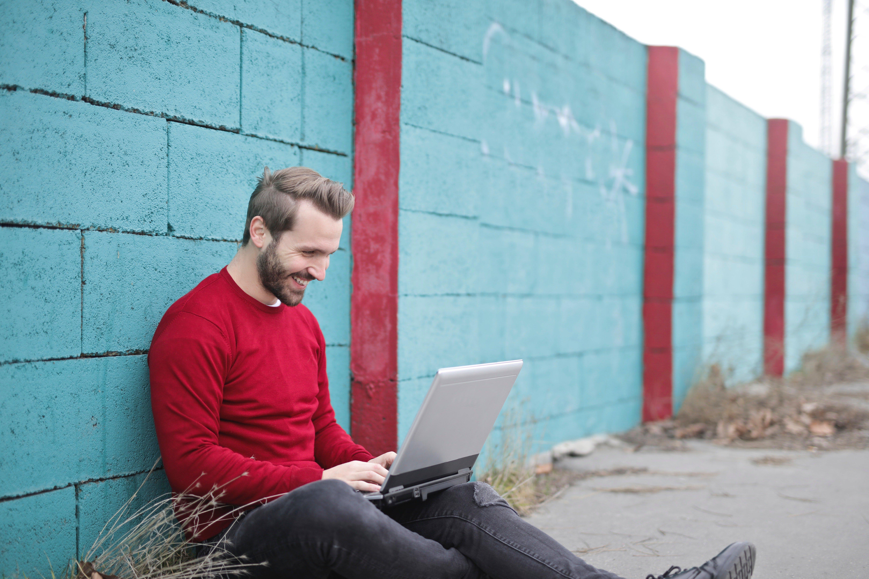 Immagine di uomo che scrive su pc