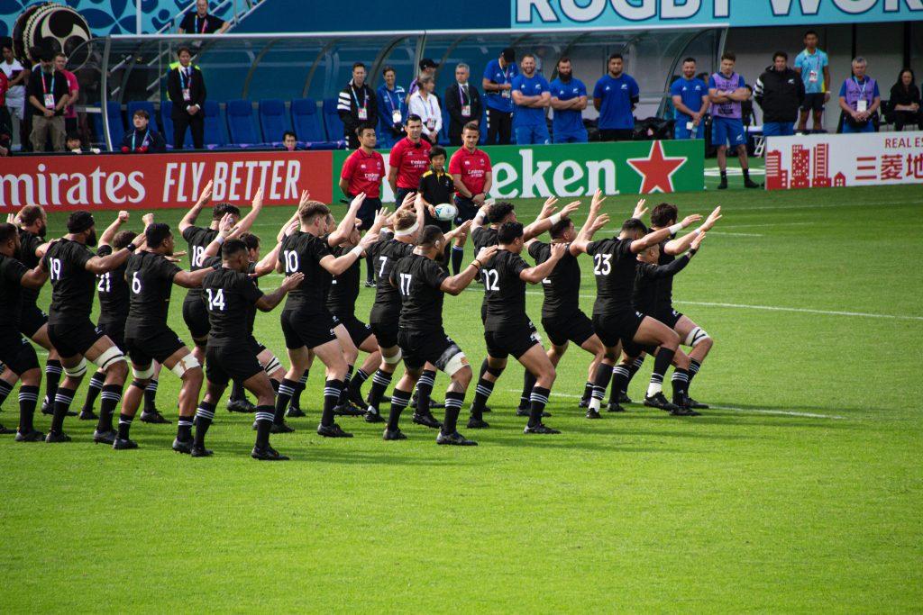Giocatori di rugby fotografati di spalle, un esempio di leadership