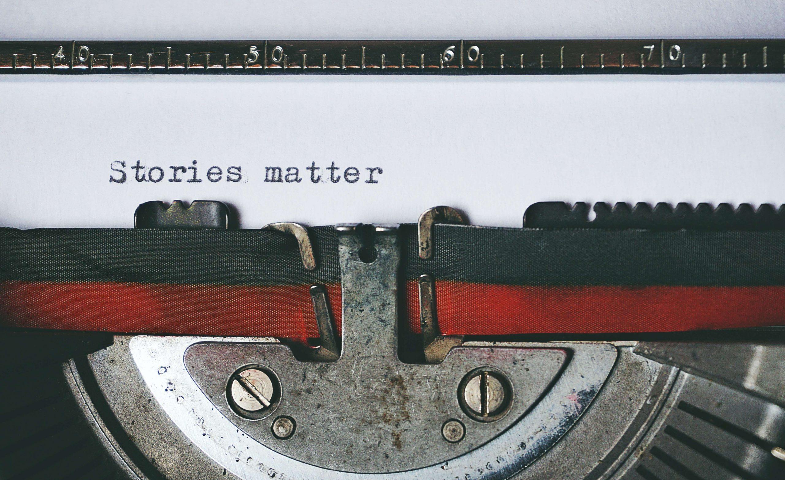 Una macchina da scrivere che batte delle lettere