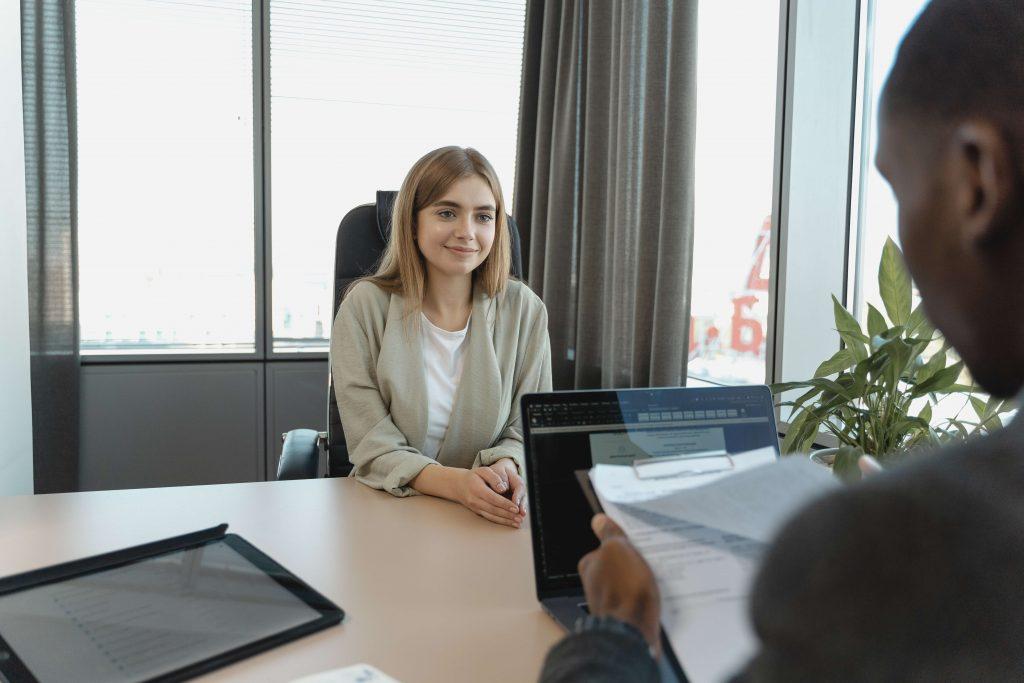 Una ragazza sta sostenendo un colloquio di lavoro, un momento perfetto per utilizzare il metodo STAR per raccontare una storia